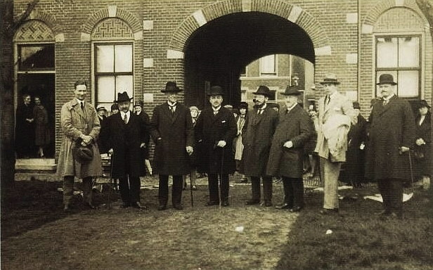 Palmpasenoptocht 1927, bestuursleden in heet Hofj Paling en Foreest aan de Steynstaat